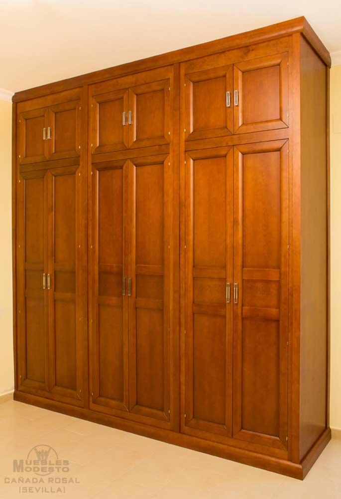 Armario empotrado puertas abatibles altillo costado visto