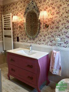 Mueble bano vintage rosa con apliques luz