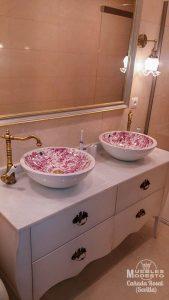 Mueble bano vintage lavabo sobre encimera decorado flores