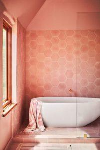 Pared bano rosa decorado