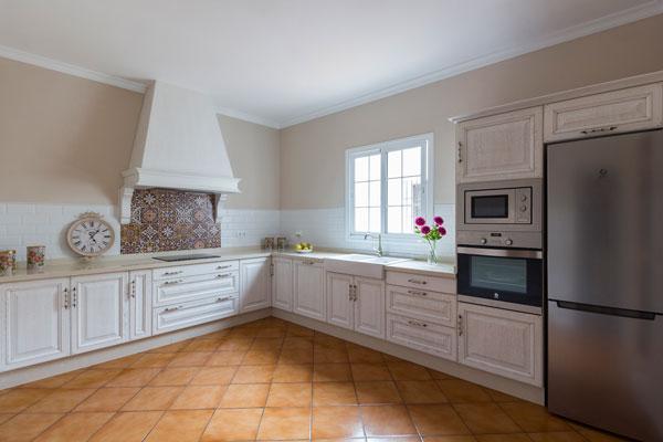 Cocina-rustica-blanca-envejecida-madera-