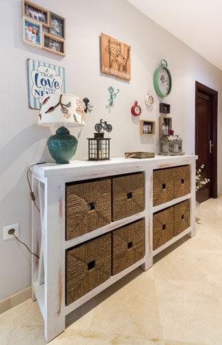 Mueble-entrada-pasillo-vintage-cestas-mimbre-